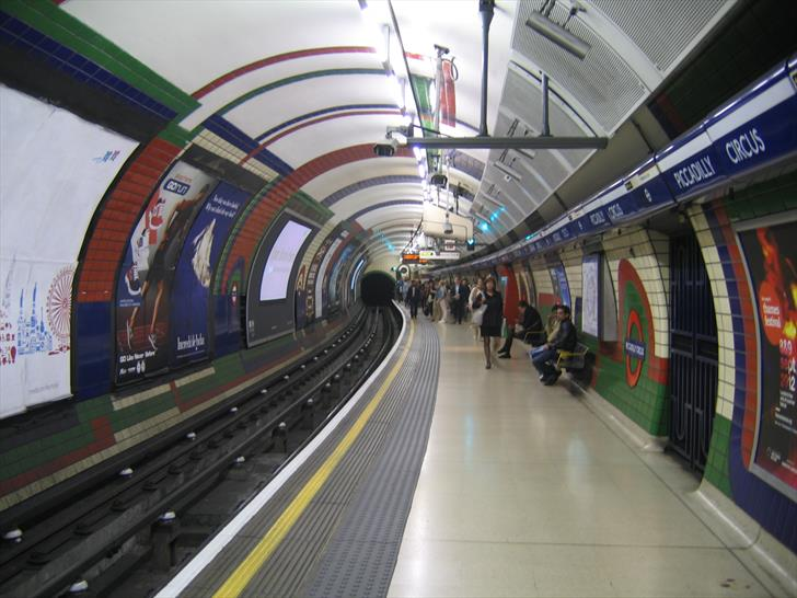 Piccadilly Circus tube station platform